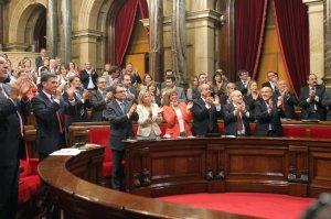 El-Parlament-en-pie-tras-aprov_54351229111_54028874188_960_639